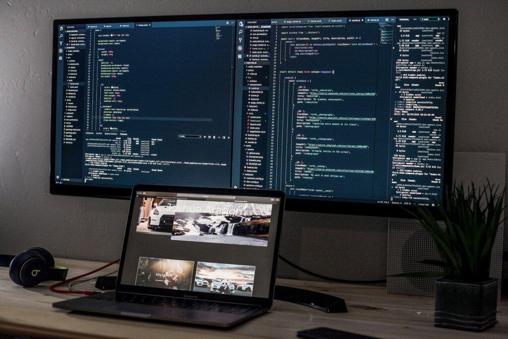 Korzystanie z wielu monitorów to rozwiązanie szczególnie często stosowane wśród programistów